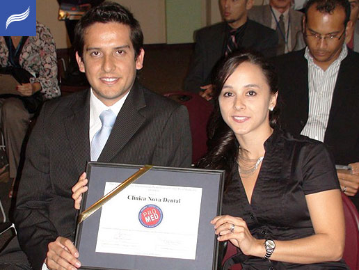 Dr. Luis G. Obando and his wife Dr.Paola Truque show the PROMED diploma.